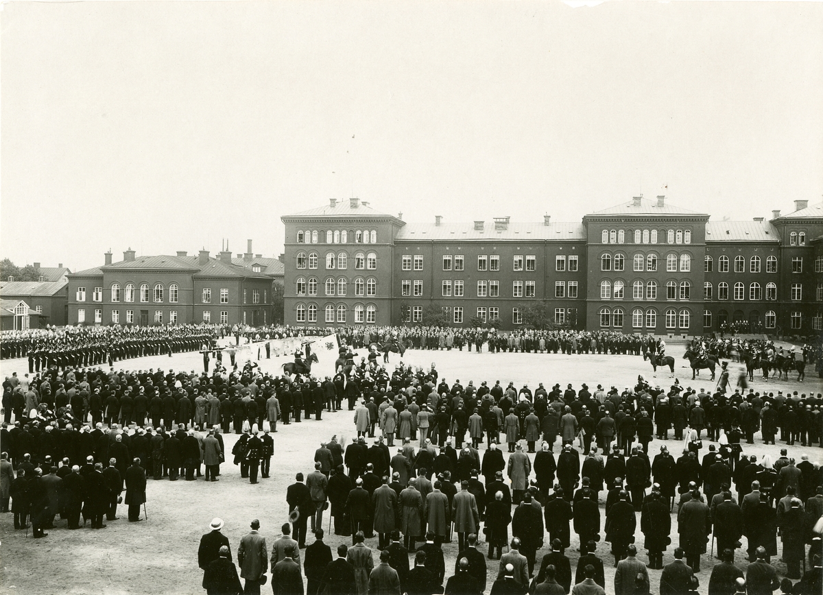 Uppställning med fanor och musikkår vid firandet av Svea livgardes 400- års jubileum 1921.