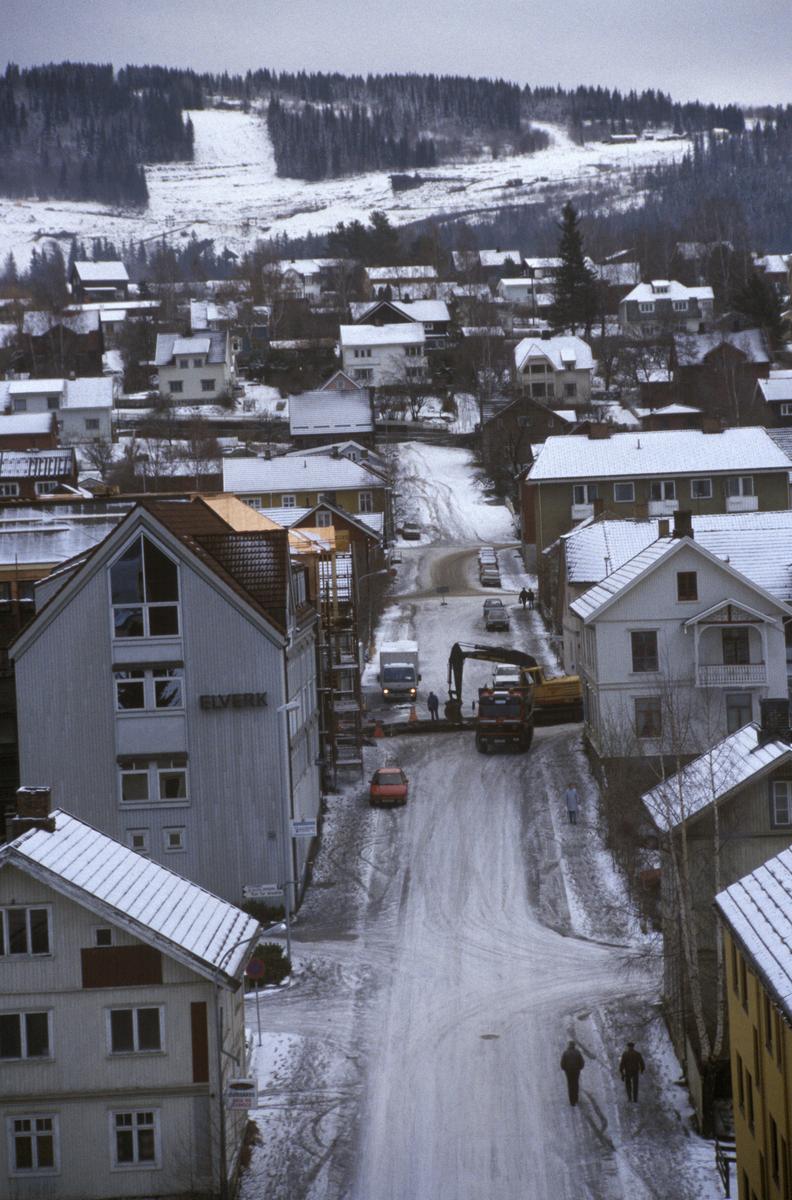 Lillehammer sentrum, krysset Storgata,Tomtegata, veiarbeid i Storgata, bebyggelse, mot øst, Kanthaugen med OL-parken i bakgrunnen, tatt fra YK-huset, 8 etg.