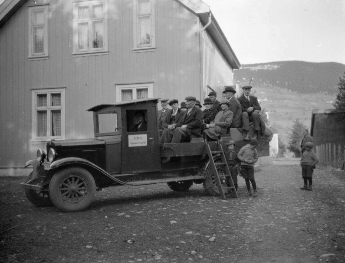 Søbergs lastebil, Chverolet, E 5228, med benker på planet for persontransport, 10 passasjerer