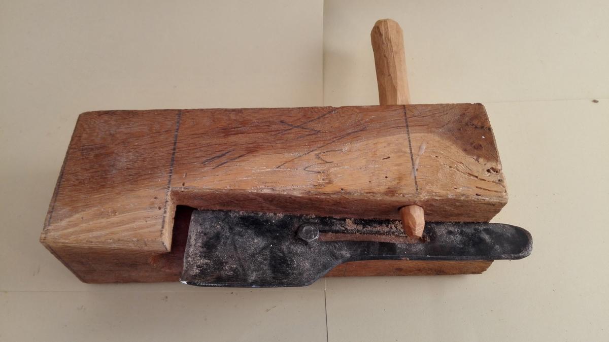 Reiskap til å laga trenaglar. Dette naglesnittet lagar 3/4-tomms naglar. Tanna er påskrudd trestokken med jarnskrue med mutter. Tanna er truleg smidd av lokal smed. Stokken har gjennomgåande hol for naglen framfor tanna og eit gjennomgåande hol i bakkant, der det sett inn eit bevegeleg, grovt tilskore handtak. Ved bladet skrår stokken mot bladet, både i lengde- og breidderetninga. Stokken er heimelaga.  Dette naglesnittet lagar 3/4 tomms naglar.