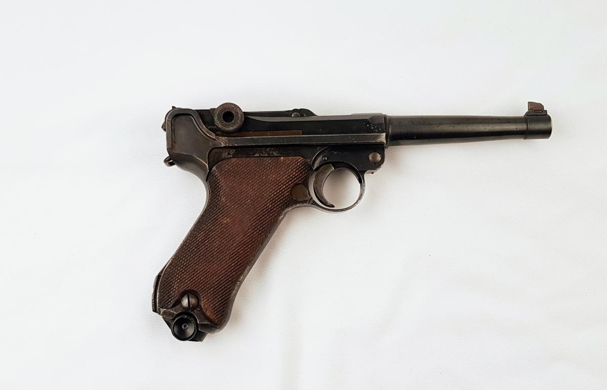 9mm Luger. Skaft av tre, pistol i metall.