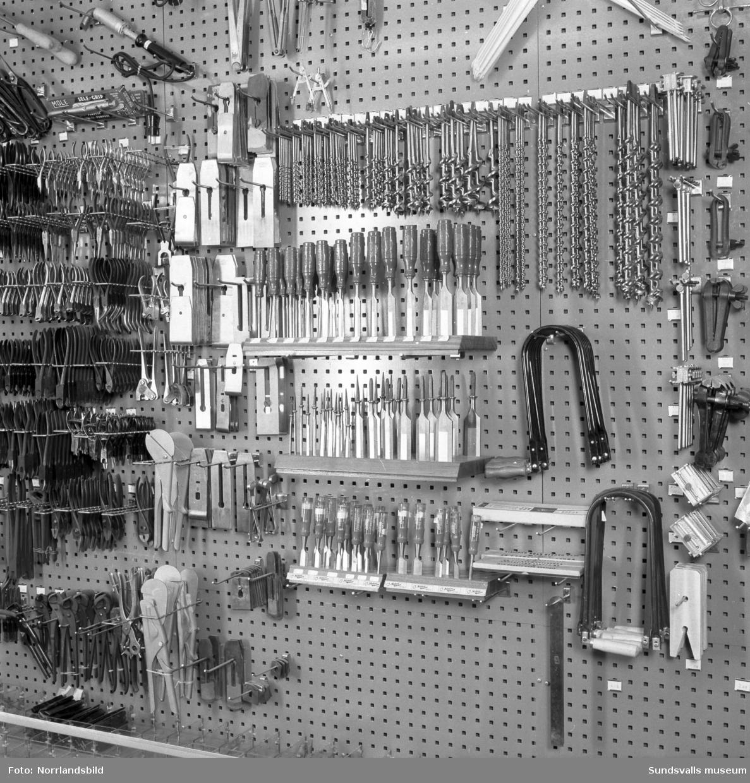 Näslund & Viklunds Järn vid Sjögatan 19. Interiörbilder med verktyg, redskap, beslag och övriga järnhandelsvaror.