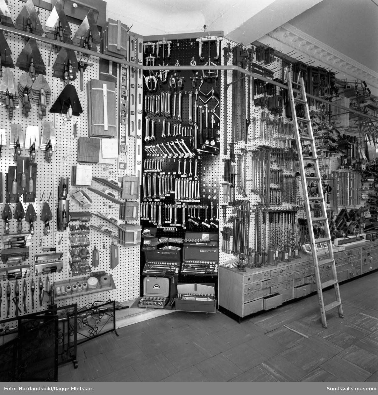 Näslund & Viklunds Järn, interiörbilder med olika verktyg och redskap.