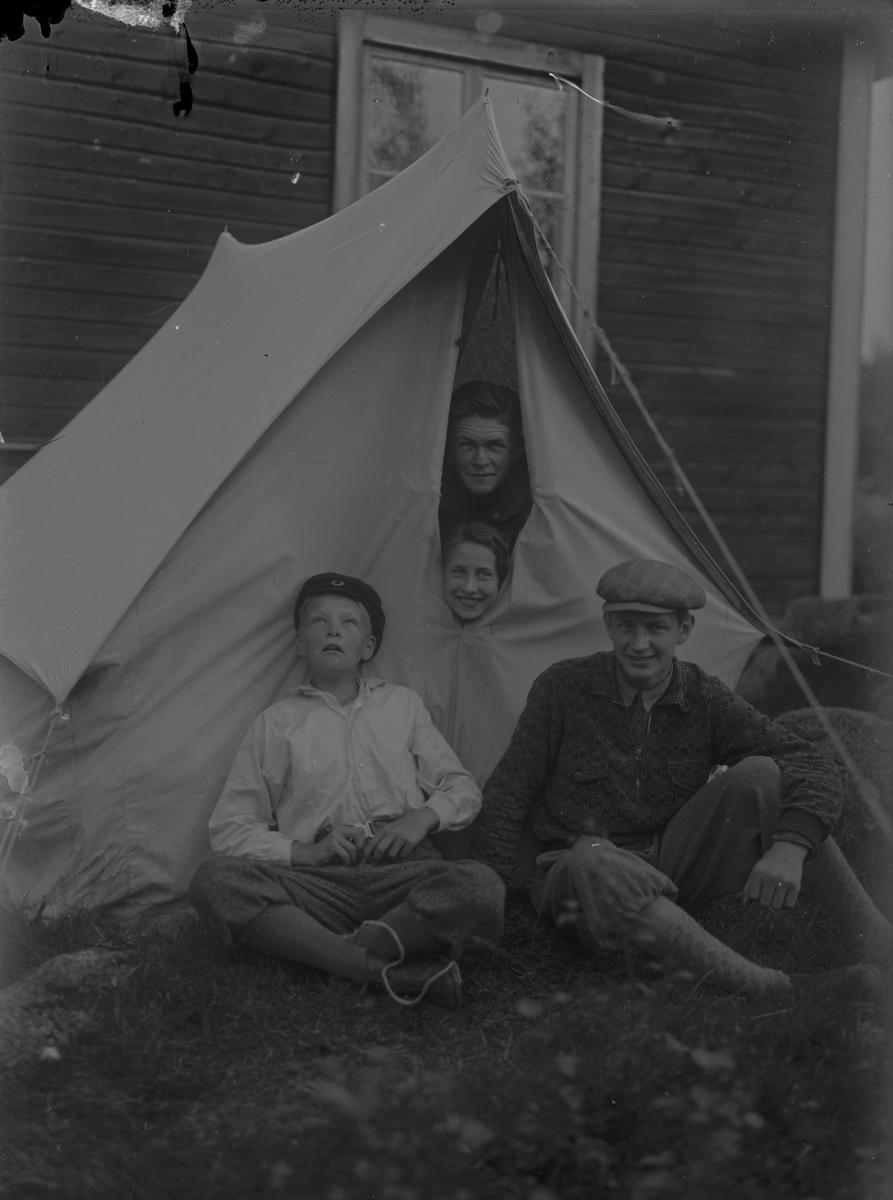 Bertil Raumer med flera utanför ett tält.