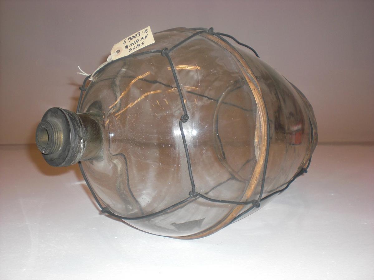 Päronformad med ståltrådsnät och handtag. 2 stycken vidjeband, 2 st handtagsstroppar av tågvirke. Saknar förskruvning till tändkolv.