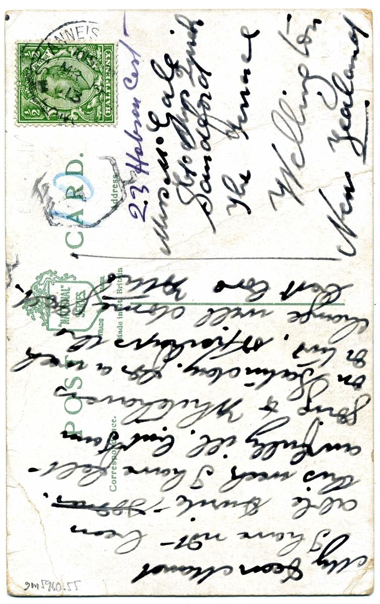 """Vykort, minneskort över R F Scott: """"A British Hero"""". Porträttbild av densamma omsvept av Union Jack samt fartyget Terra Nova i isigt landskap. Frankerat och adresserat till Maud Gale i Wellington, Nya Zeeland."""