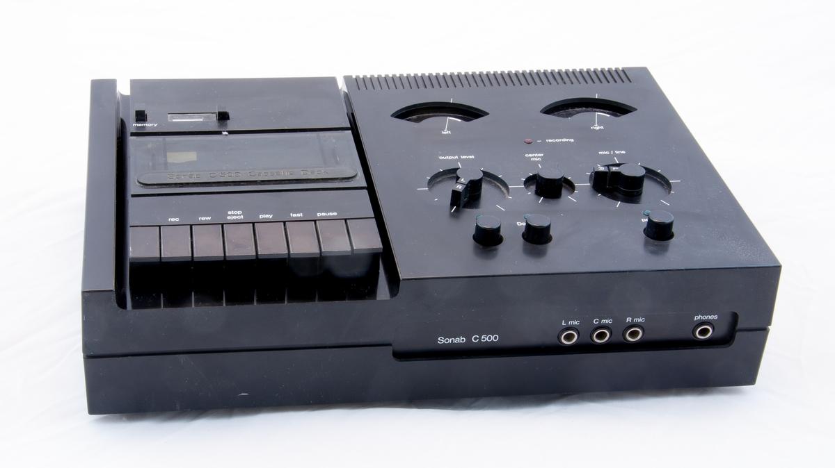 """Kassettdäck med Dolby NR, ingångar för mikrofon L/C/R, utgång för hörlurar. Anslutning till förstärkare med DIN/RCA.   Sonab typ C 500 Märkt """"Bhiab Electronics, Norrtälje, tel 0176-18425"""""""
