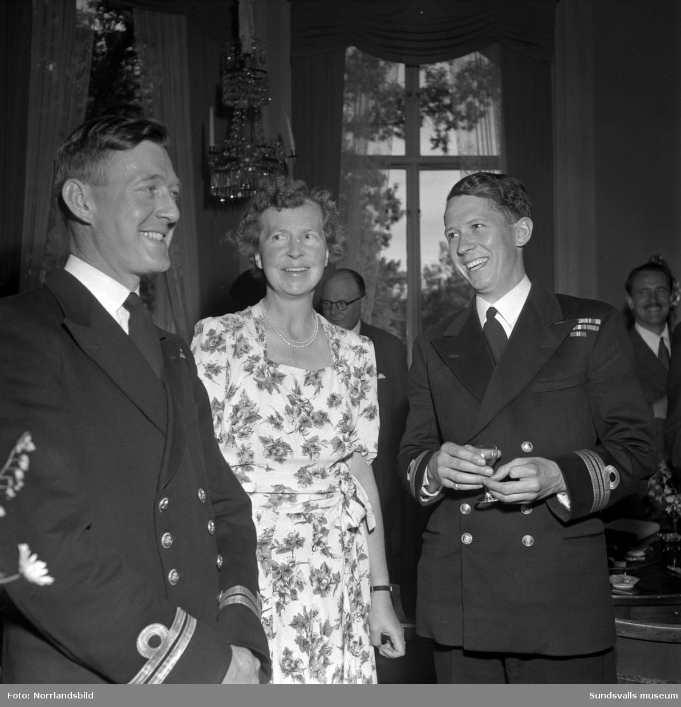 Officerare från den engelska jagaren Aisne på visit med studiebesök på Östrandsfabriken. Därefter välkomnade direktör Gustaf Göransson med fru sällskapet på lunch på Merlo. Officerarna hette Ingram och Rae.