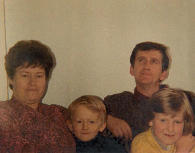 Dursuma og Ferid sammen med barna sine.