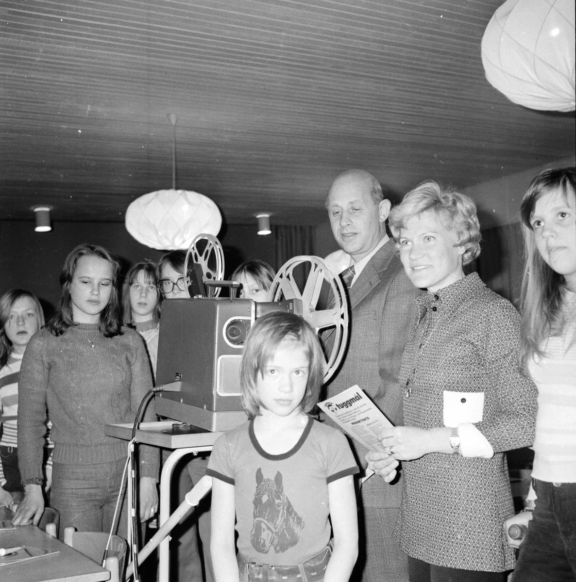 Hundträff i centralskolan. April 1974