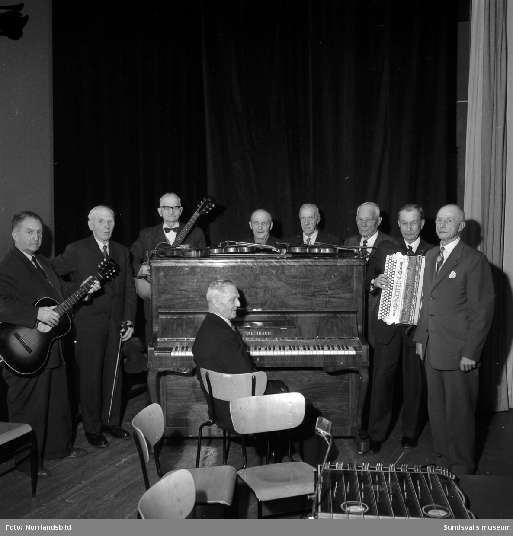 Pensionärsfest på Kusten i Stockvik. Musikalisk underhållning av en grupp herrar med olika instrument.