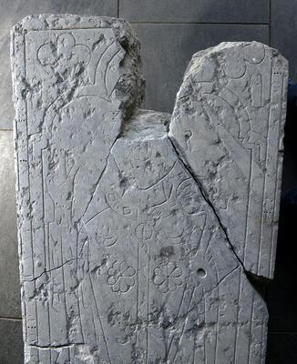 Gravstein fra middelalderen; denne har ligget på graven til biskop Peter - hamarbispen som fulgte selveste prinsesse Kristina av Tunsberg på hennes bryllupsreise til Spania midt på 1200-tallet. (Foto/Photo)