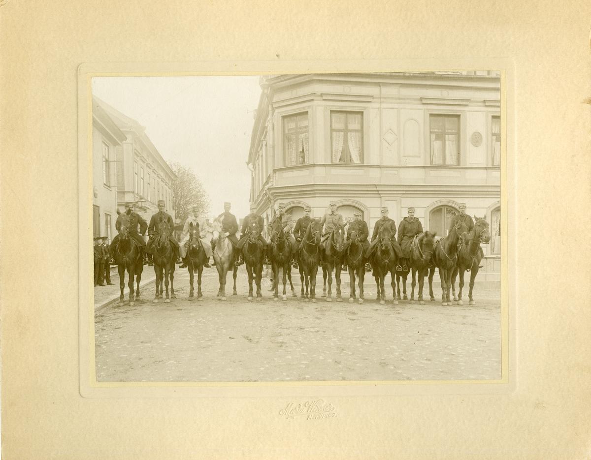 Officerare till häst på distansritt. Stora torget i Trosa, maj 1907.