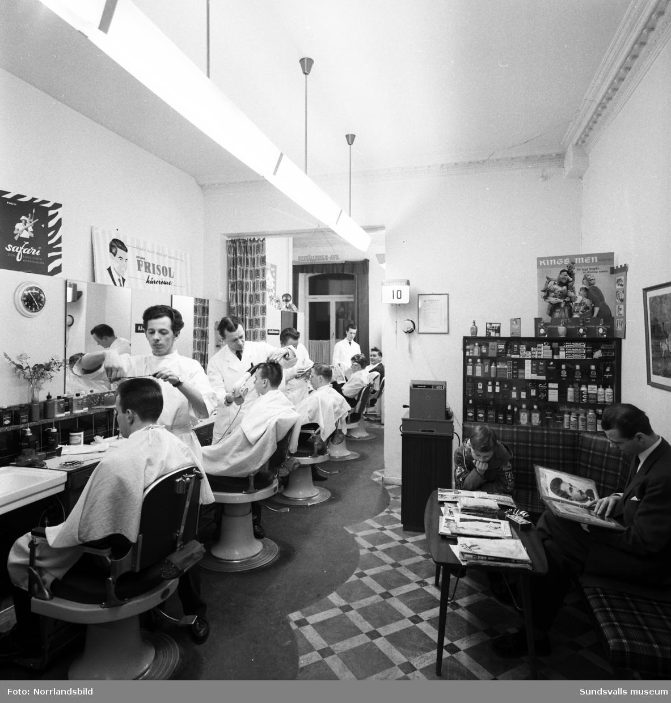 Frisörer och kunder på rad i Lundbergs frisörsalong på Bankgatan 5.