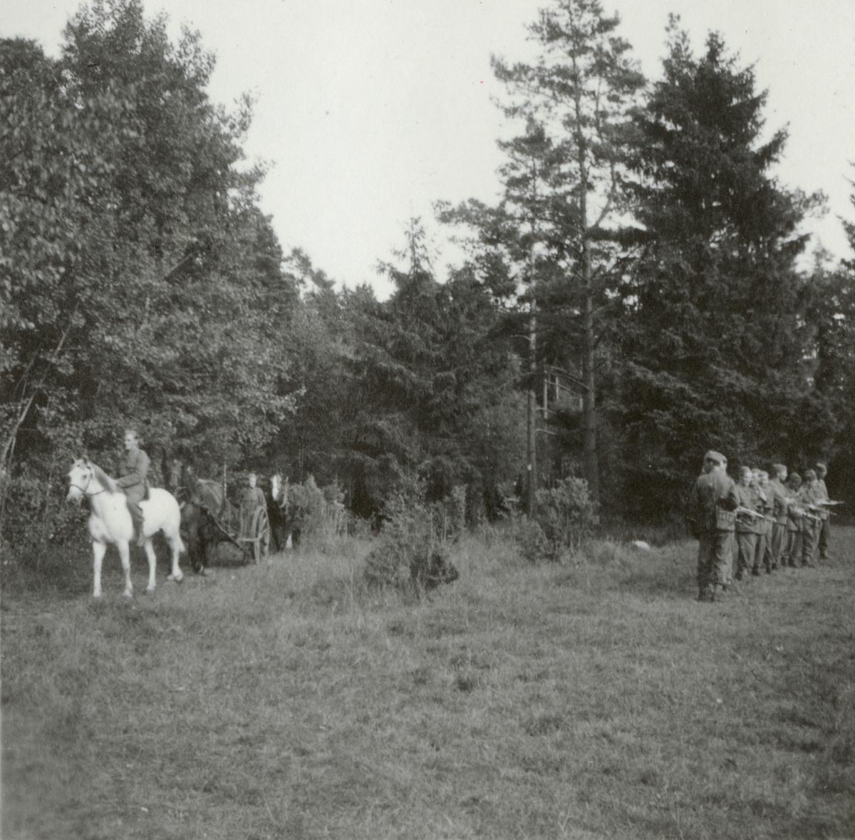 Soldater från Södermanlands regemente I 10 samlade för vapenvisitation.