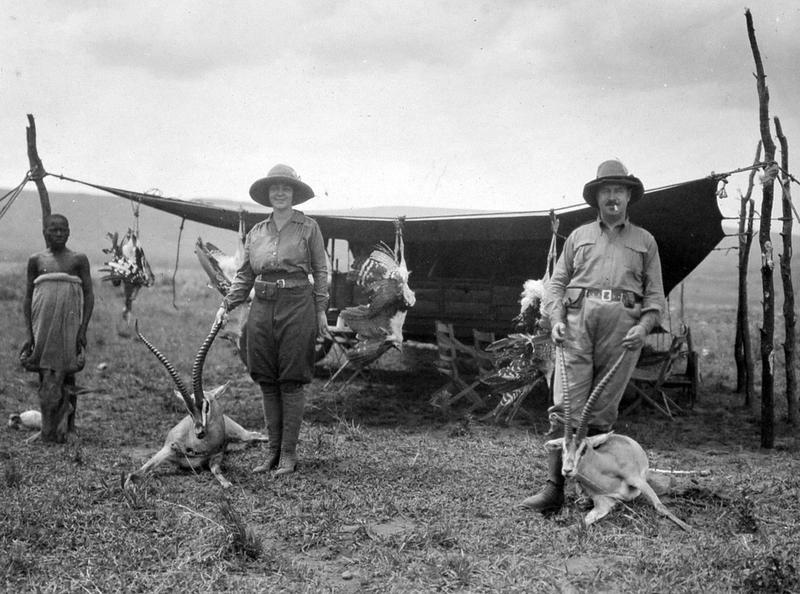 Matty og Christian Thams på jakt i Afrika. Foto: Ukjent / Sverresborg Trøndelag Folkemuseum. (Foto/Photo)