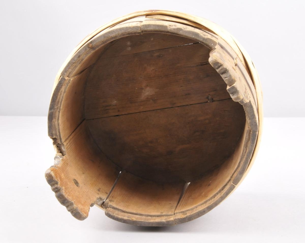 Smørspann i tre med gjorder. Brenndekor med motiv av krossar, ruter og halvmånar. To øyrer med eit lite hol i kvar. ( Truleg til å feste loket i). Merker etter metallstifter på begge jordene.