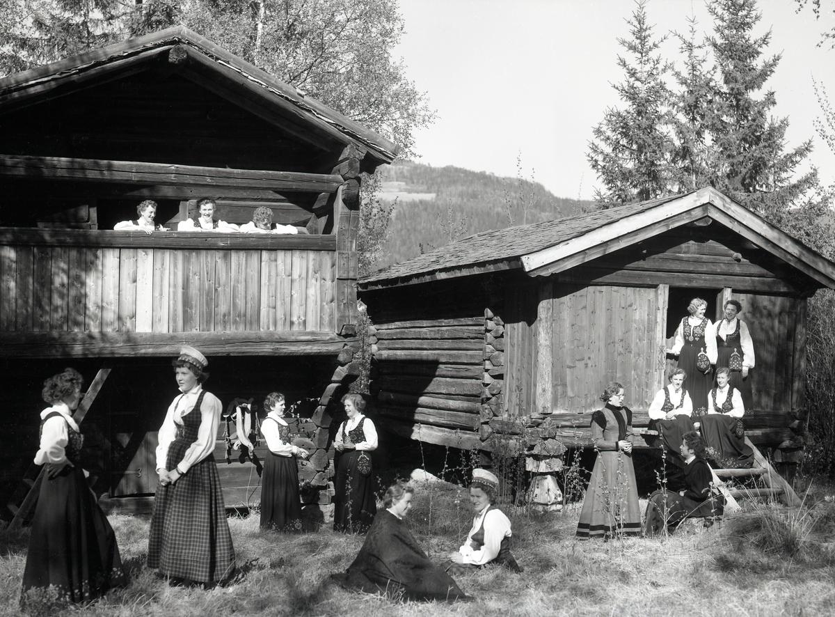 Bunadframvisning ved Valdres Folkemuseum.