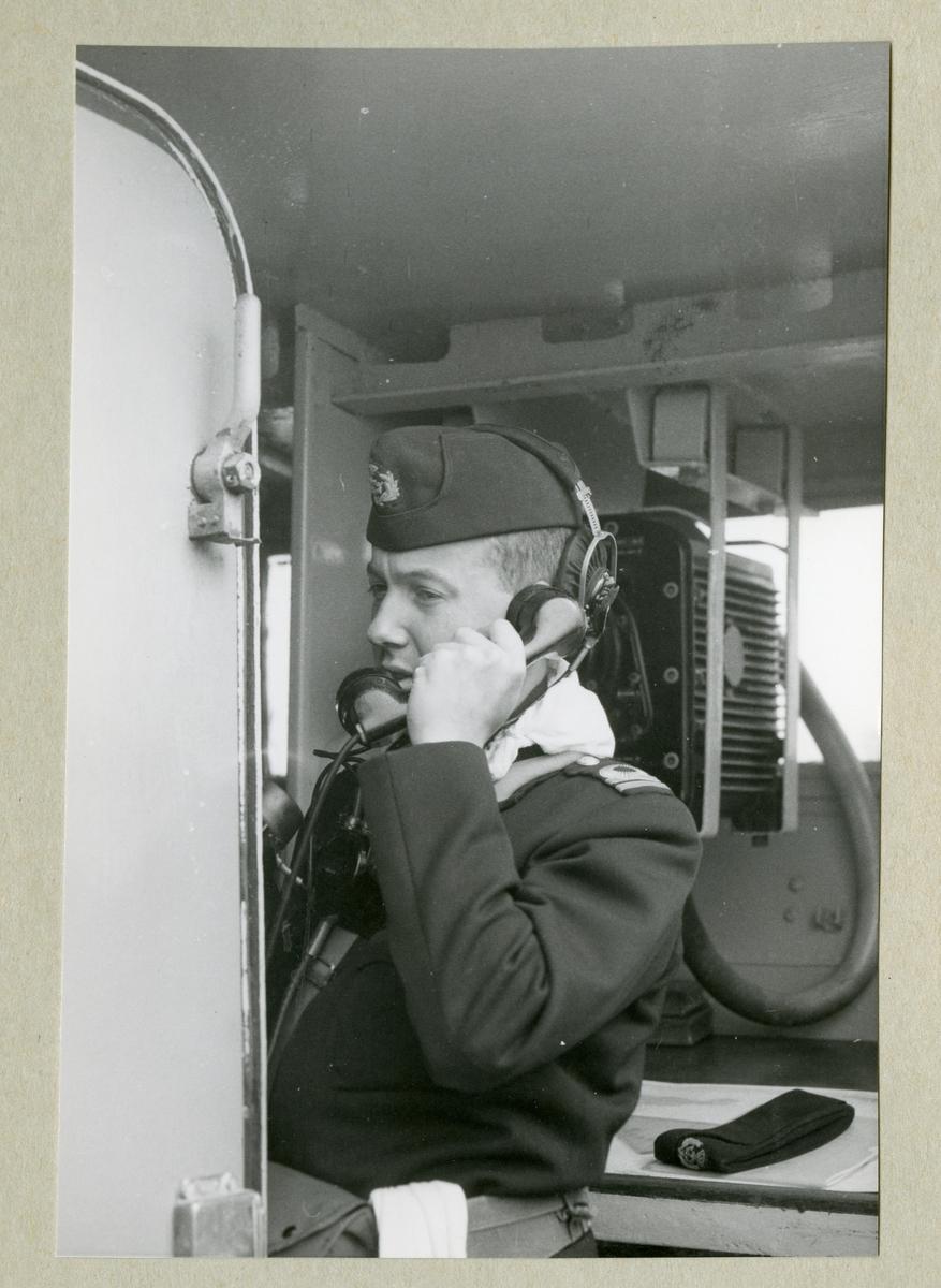 Bilden föreställer Löjtnant Bovins ombord på Älvsnabben som pratar i telefonen. Hans befattning var LfO (luftförsvarsofficer).