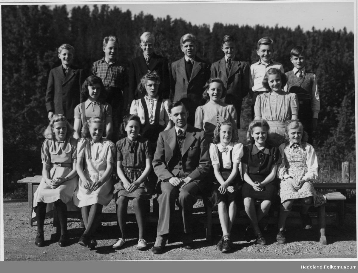 Klassebilde elever og lærer Haakon Skøien, antagelig Randsfjord skole.