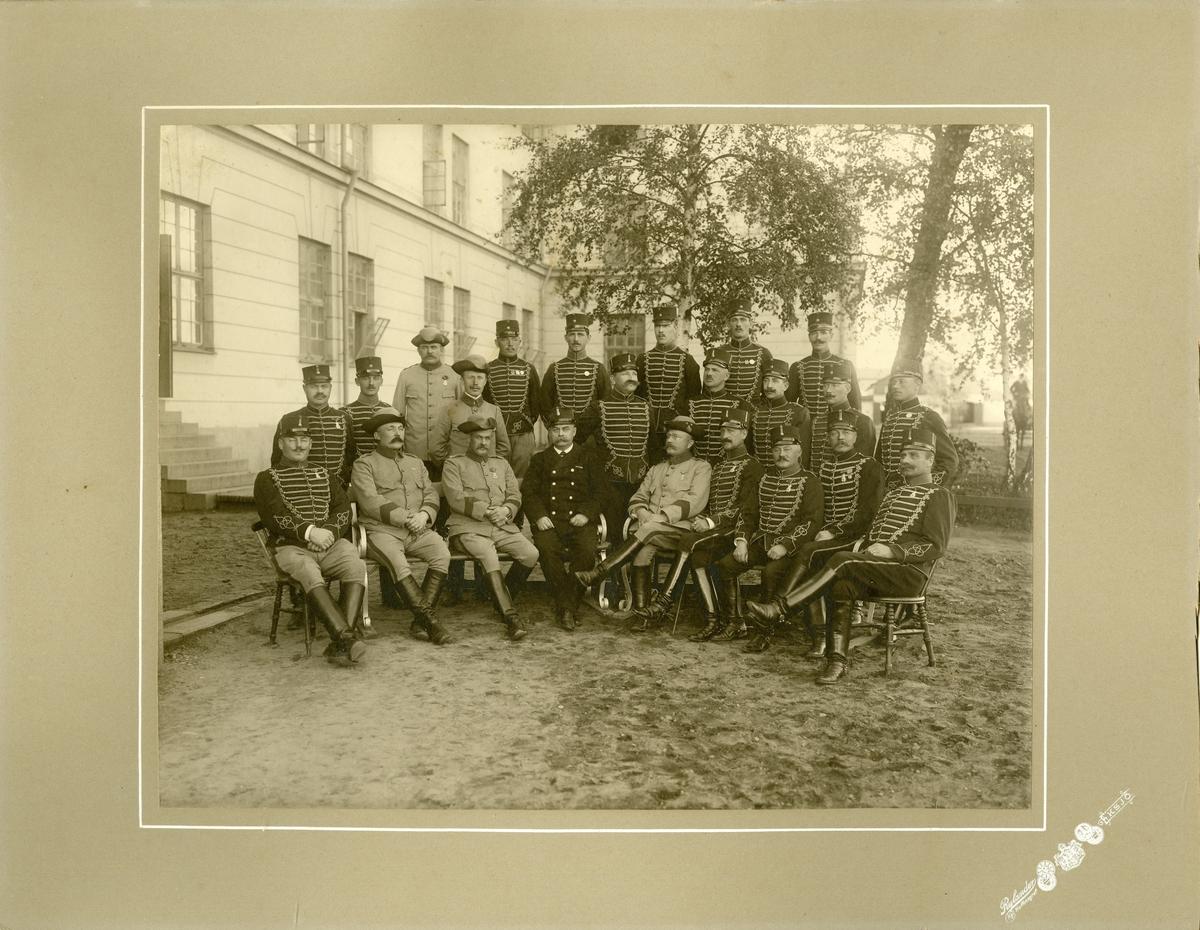 Grupporträtt av officerare och soldater vid Smålands husarregemente K 4.