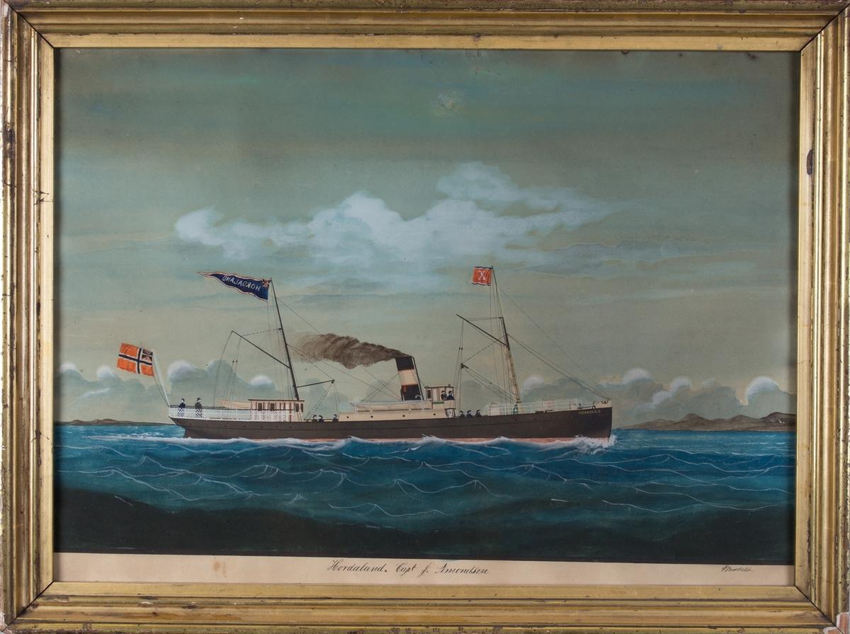 Skipsportrett av DS HORDALAND, steinet kystlandskap i bakgrunnen. Skipet fører norsk flagg med unionsmerke i akter. På bakre mast fører hun vimpel med HORDALAND og unionsmerke, og på fremre mast flagg med X. Vi ser åtte mann på dekk og to i styrhuset.