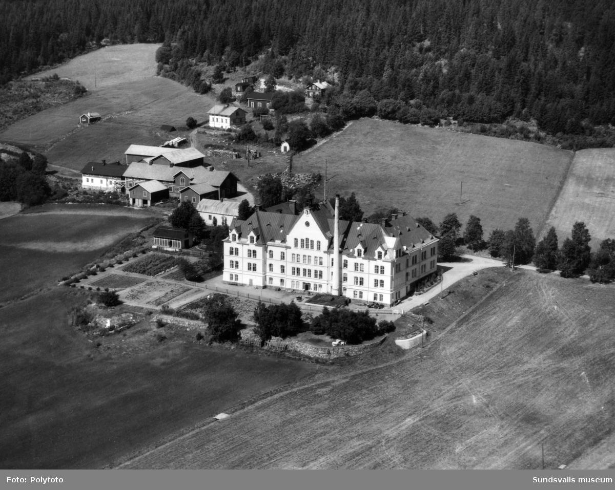 """Ålderdomshemmet """"Sköns fattiggård"""" i Birsta, även kallat """"Fattigpalatset"""", Taget mot norr. Uppfördes 1891 och revs 1964."""