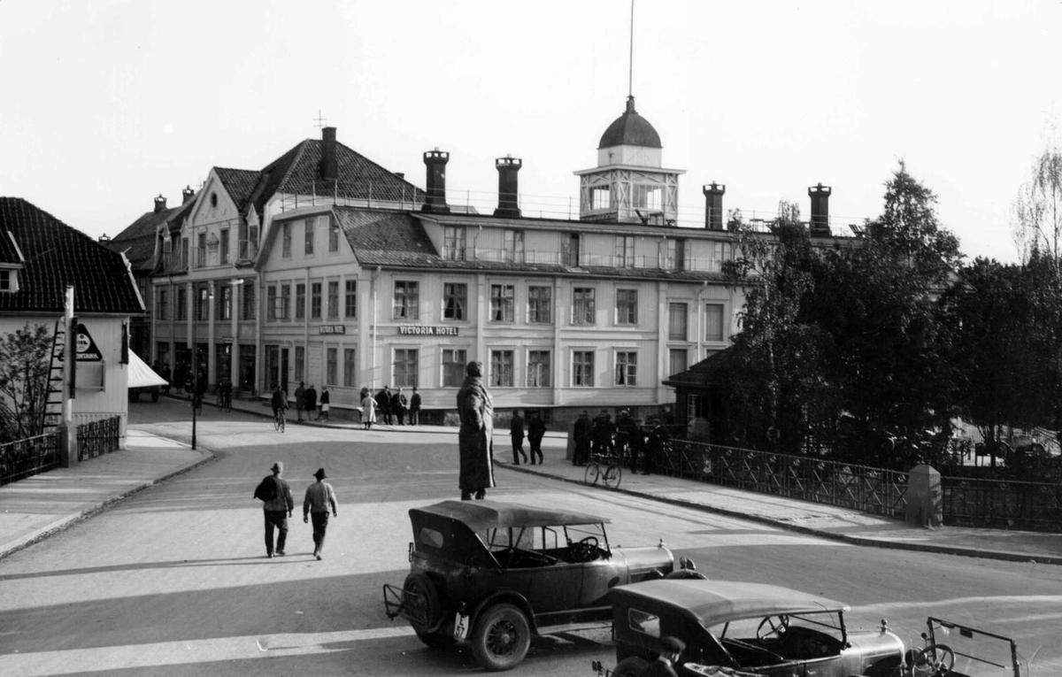 Mesnabrua og Victoria hotel. Lilletorget med statue av Ludvig Wiese. Gamle biler.
