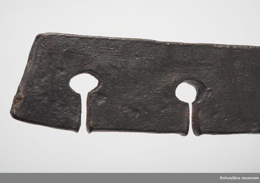 Ur handskrivna katalogen 1957-1958: Verktyg, järn f. tillv. av snöre L. 31,5 cm; helt av järn; 4 skåror i en järnplatta, innerst i varje skåre ett osymmetriskt hål. Skaft m. ögla. Helt.  Lappkatalog: 35