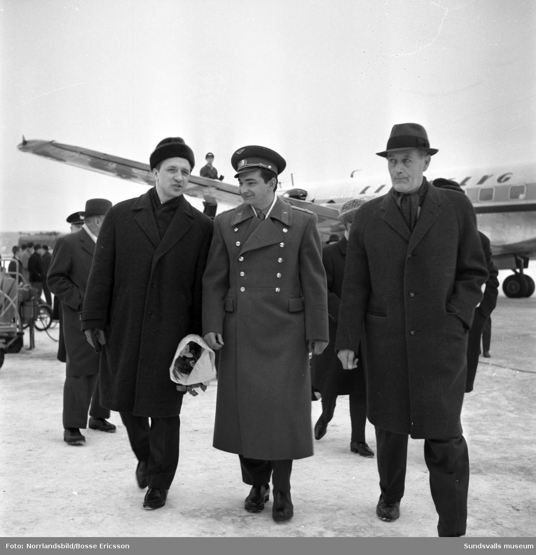 Den ryske kosmonauten Valerij Bykovskij har landat på Midlanda för ett Sundsvallsbesök med fullspäckat program med besök på skolor och industrier där han fick berätta om sina dygn i rymden.