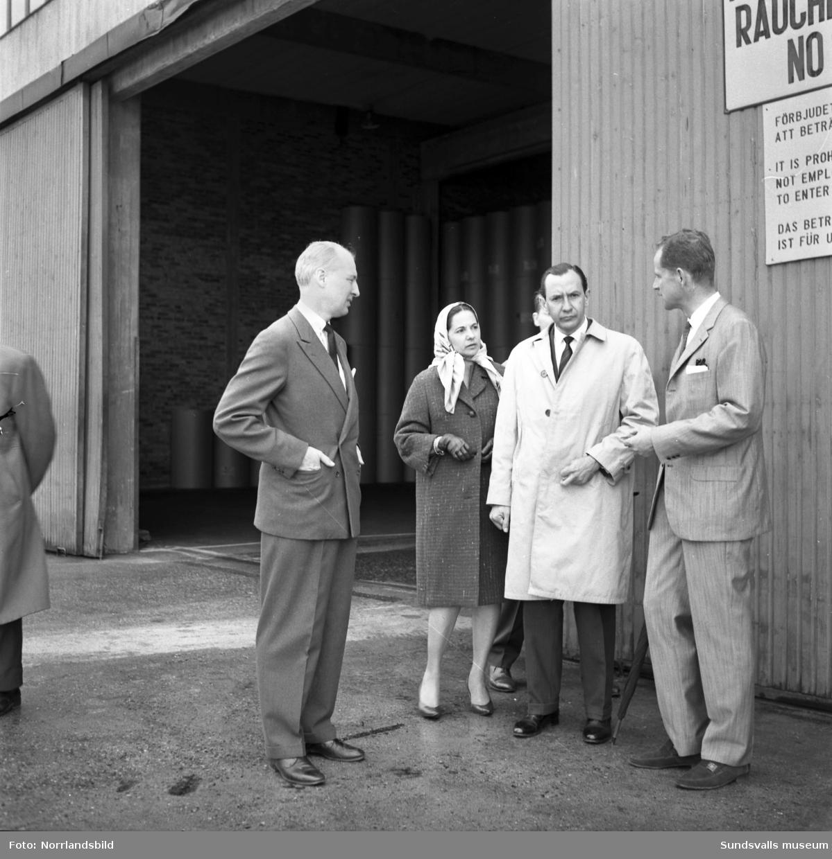 Colombias kommunikationsminister Miguel Escobar-Mendez och hans fru besökte Ortvikens pappersbruk 1964. Till höger SCA:s försäljningschef Jan Stén och till vänster Clas Nordström, byråchef vid UD.