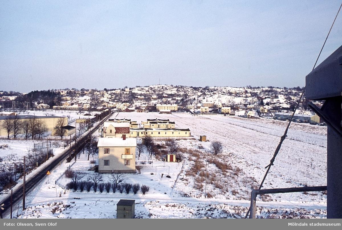 Vintervy från Mölndal, år 1968. I förgrunden ses Papyrus arbetarbaracker. I bakgrunden Forsåker och Brännås. R 1:26.
