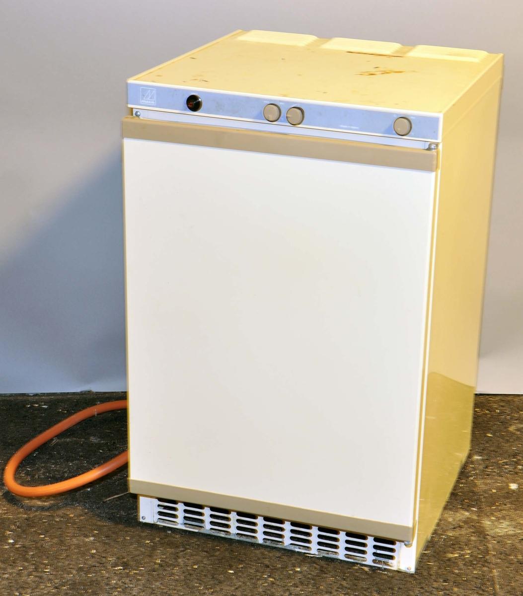 Gassdrevet kjøleskap, hvit overflate av metall.
