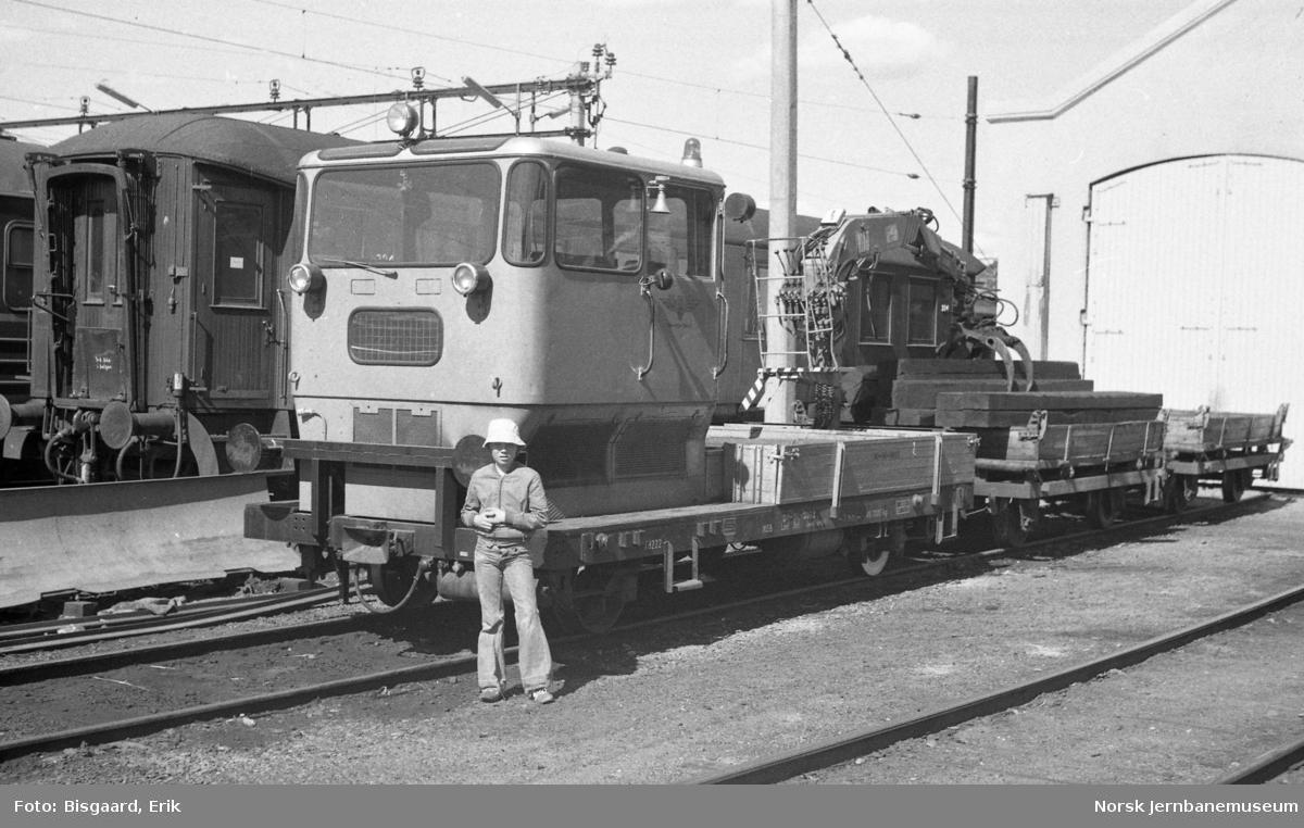 Lastetraktor Xd 222 - 30-36-3011 med tilhengervogn på Ski stasjon