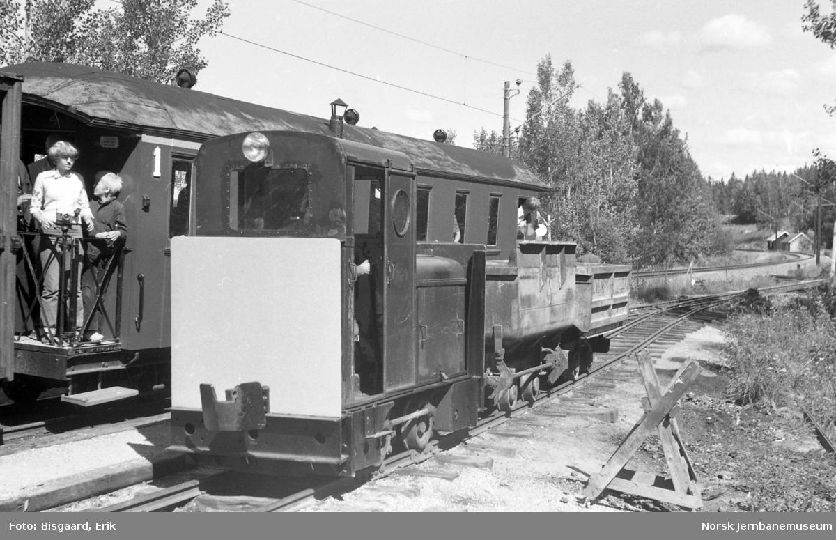 Fra Bingsfoss stasjon på Urskog-Hølandsbanen med et Deutz-skiftelok og personvogn med reisende i bak