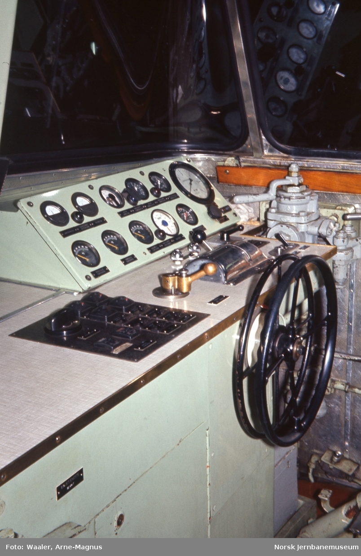 Interiørbilde fra førerplassen på diesellokomotiv Di 2