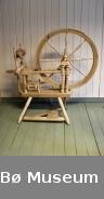Trekvit rokk med tre bein, trøe/pedal og vannrett bryst. Hjulet har 8 eiker og treverket er profilera. Truleg tilverka av Halvor O. Moland kring siste verdskrig.