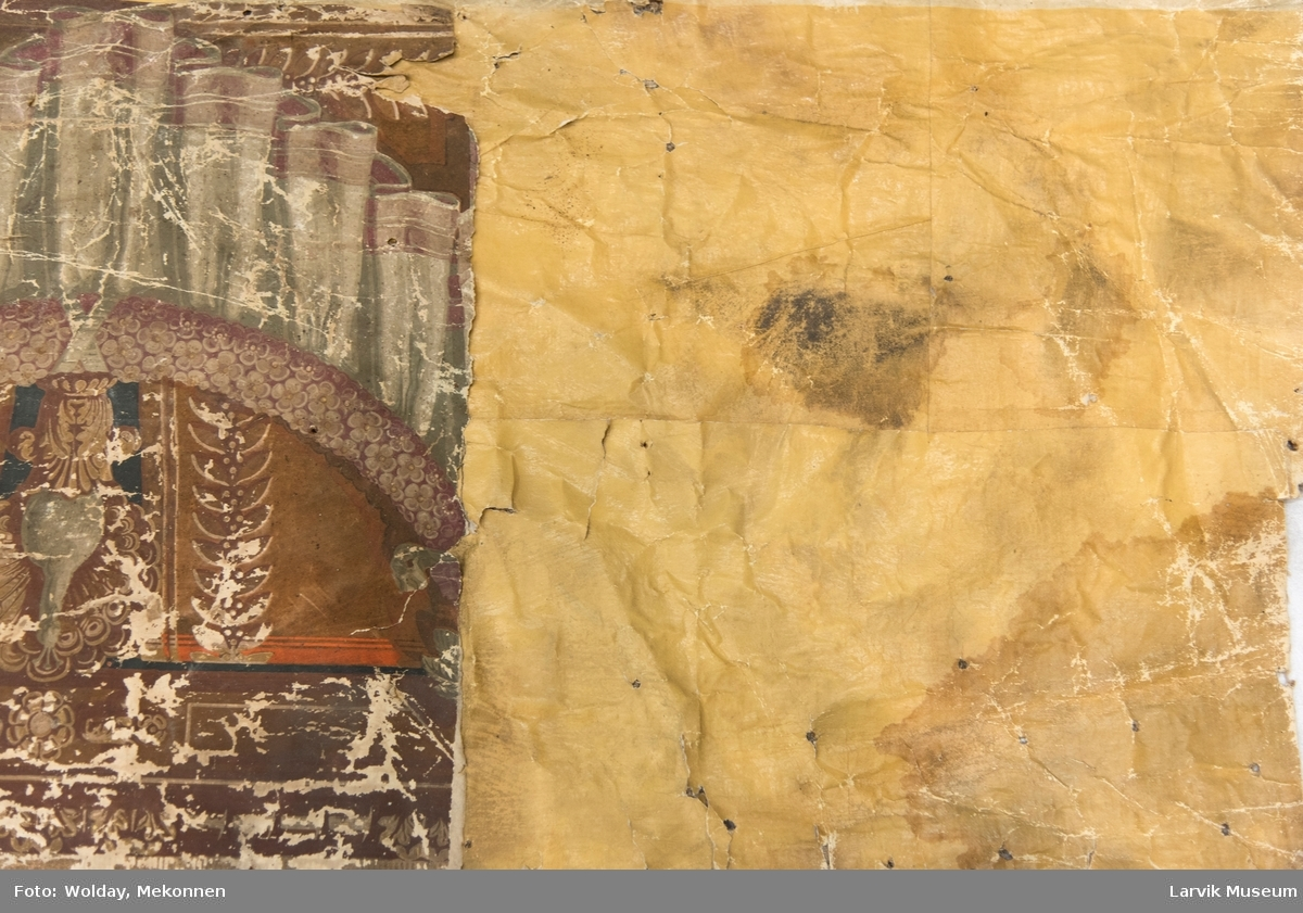 Bred tapetbord øverst, tapet, liten tapetbord og brystning. Tapeten er påmalt tapetborder og brystning. Fra Hovland gård i Larvik. Den øverste, brede borden: Gerlander/draperi med fuglemotiv innfelt. Den nederste, smalere borden: Tekstilbord med blomster.