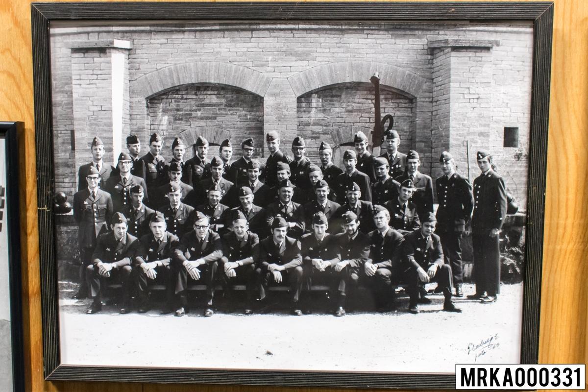 Fotografi taget på befäl och soldater som genomfört grundläggande soldatutbildning på 1:a Batteriet KA 2. Fotografiet taget på Kungsholmen KA 2. Flobergs Foto 1969.