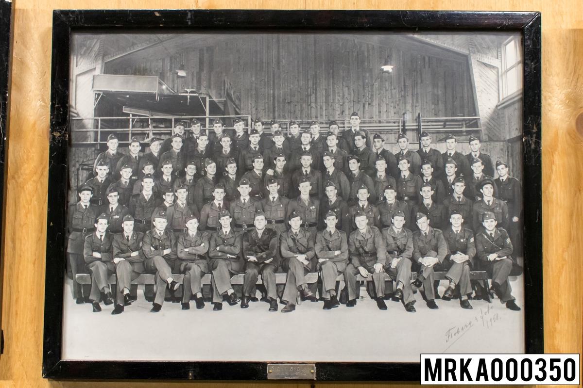 Fotografi taget på befäl och soldater som genomfört grundläggande soldatutbildning på 1:a Batteriet KA 2. Fotografiet taget på KA 2. Flobergs Foto 1950.