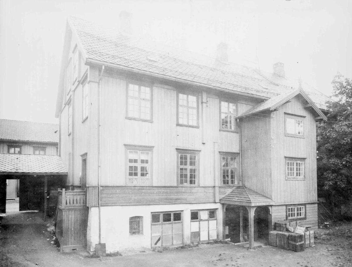 Repro: Bakgård, forretningsgård, Storgata 82, Lillehammer.