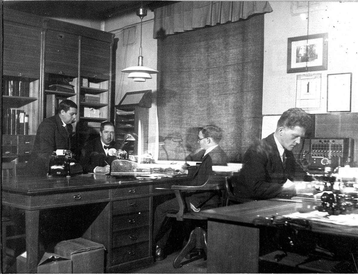 Kontorsskrivare F. Ahlerup, löjtnant O. Petersson, kontorsbiträdet Erling och skrivbiträdet T. Eriksson på Tygverkstädernas kontor den 1 december 1933.