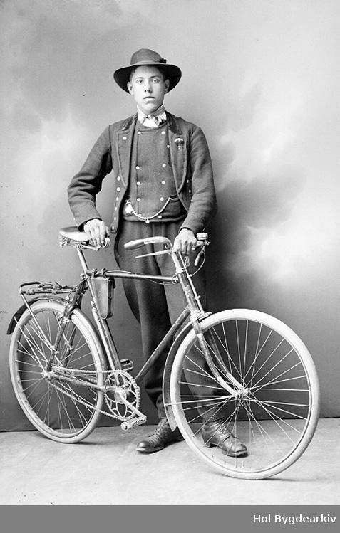 Portrett, mann, bunad, sko, sykkel, hatt,