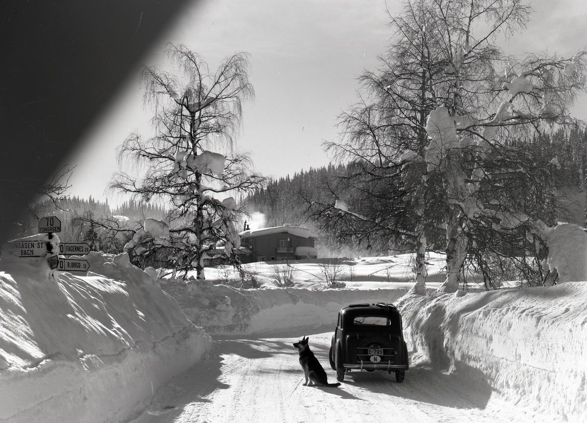 Vegkrysset på Tonsåsen. Til venstre går vegen til Bagn, og til høgre går vegen mot Fagernes. Rett fram ligg Tonsåsen Sanatorium.
