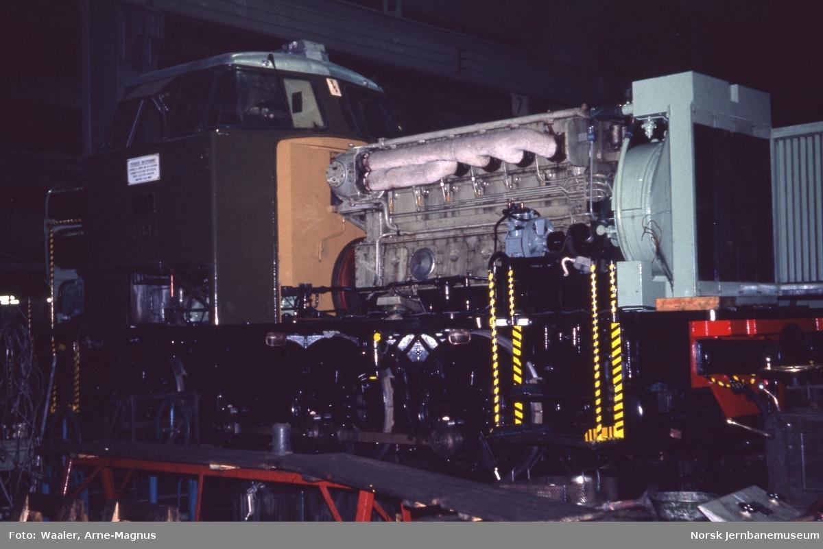 Diesellokomotiv Di 2 811 under hovedrevisjon på Verkstedet Grorud
