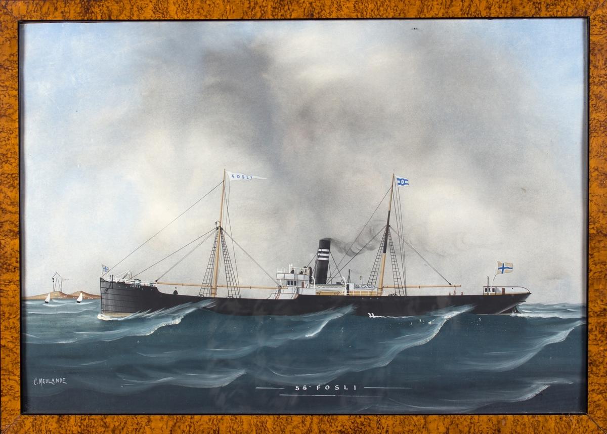 FOSLI under fart i åpen sjø. Kystlandskap med signaltårn til venstre i motivet. Skipet fører vimpel med skipets navn, rederiflagg og norsk flagg i akter. 3 mann på dekk.
