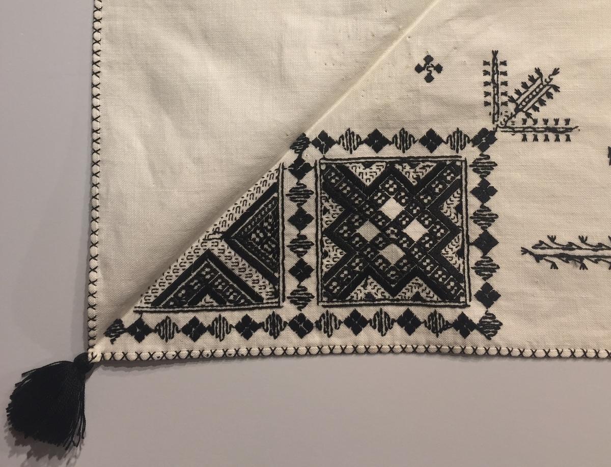 Geometriskt mönster i kvadrater i hörnen. Två bårder mellan kvadraterna på ryggsnibb och framsnibbar.  På ryggsnibben tre kvadrater och en rikt dekorerad majstångsspira samt märkning med årtal och initialer. På varje framsnibb en kvadrat och en trekant. Två ornament.