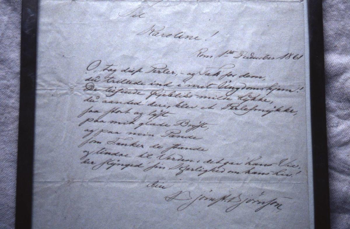Håndskrevet dikt med glatt ramme i sølv.