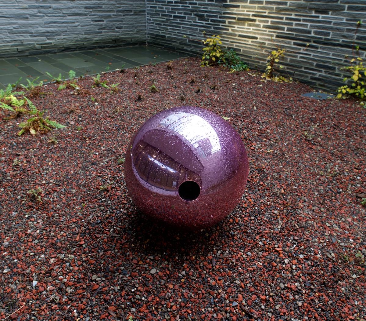 Skulpturene er separate objekter og varierte i form og størrelse. Hullet i alle perlene binder det visuelle og idemessige sammen. En perle i hver hage ligger løst omkring.