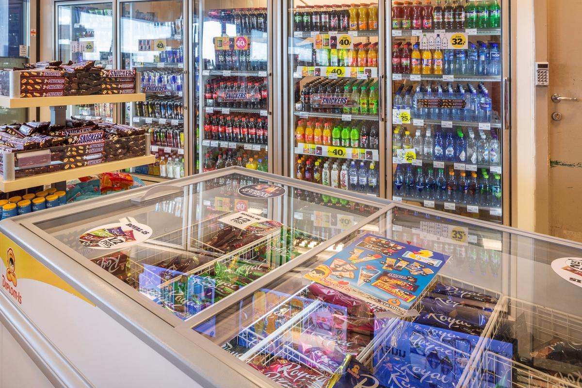 Statoil Dal. Butikk interiør med fryseboks med vaffelis og pinneis. Hylleseksjon med sjokolader. Veggseksjon med kjøleskap med glasdører fylt med leskedrikker.